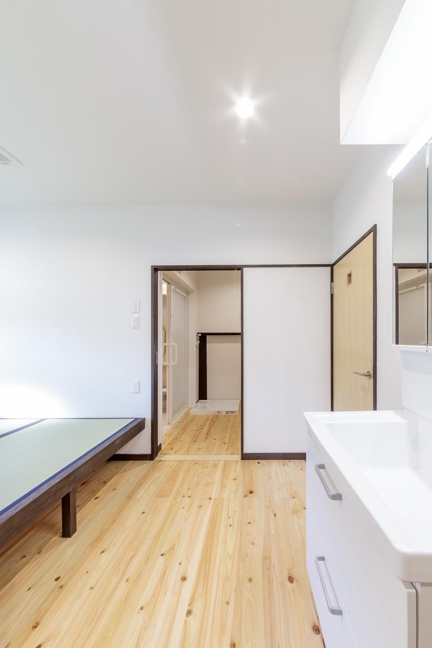 脱衣室の横にあるユーティリティ。お風呂上りに休息したり洗濯物を畳んだりするのに丁度よいスペースです。