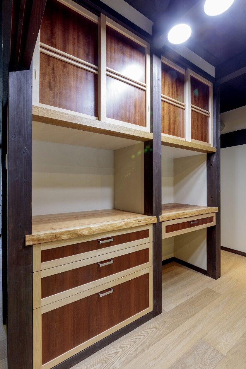 キッチン収納は、家の雰囲気に合わせ、道建設で造作。天然木の組み合わせで表現するデザインは秀逸です。