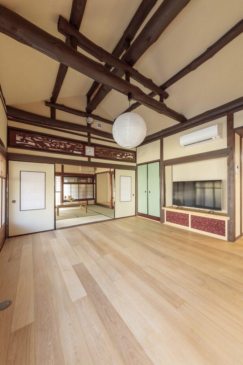 和室二間はフローリングにし、天井の梁を現しにして上部に開放感を生み出しました。断熱をしっかり施しています。
