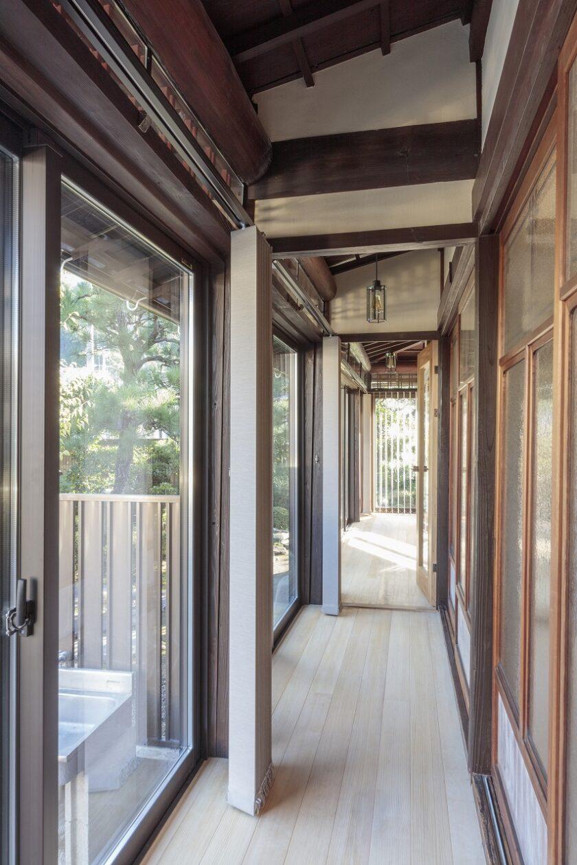 明るい床板を張った廊下は窓を取り替え、隙間風を遮断。天井に断熱を施し寒さ対策を行いました。