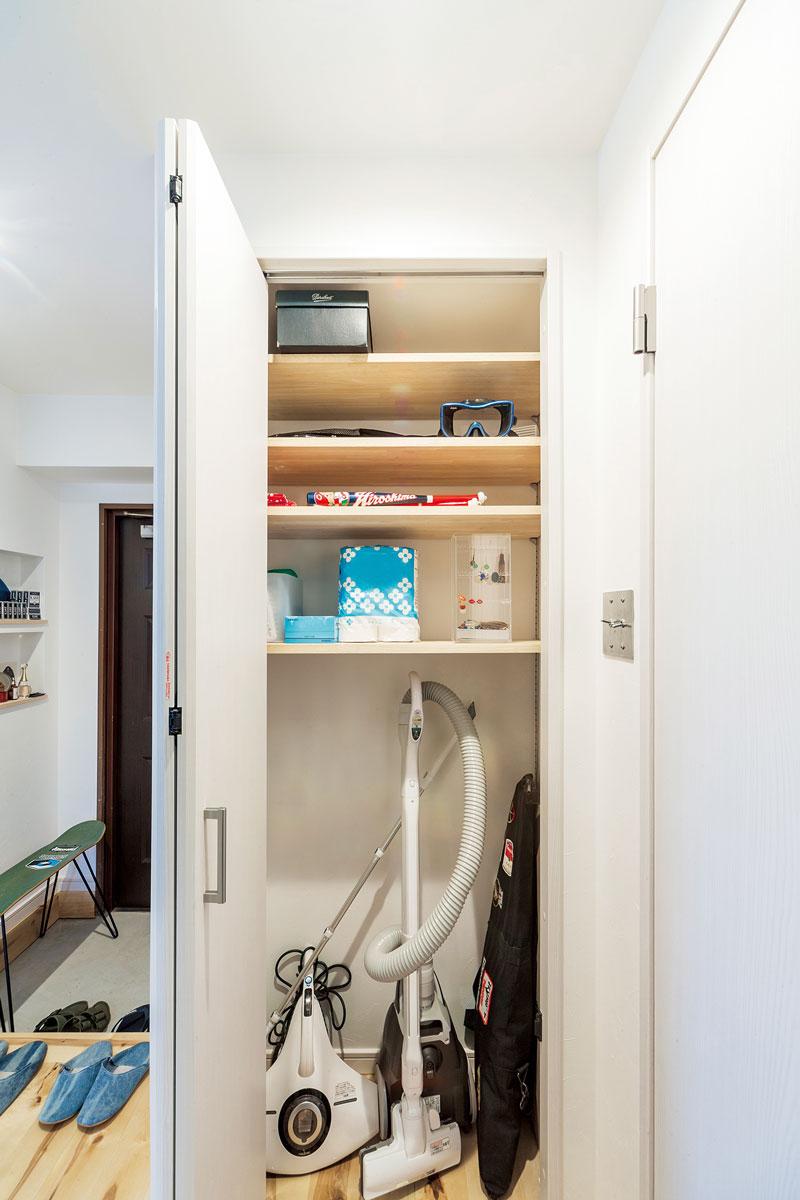 トイレの出入り口前にあったスペースを無駄なく活用して収納庫を設置。