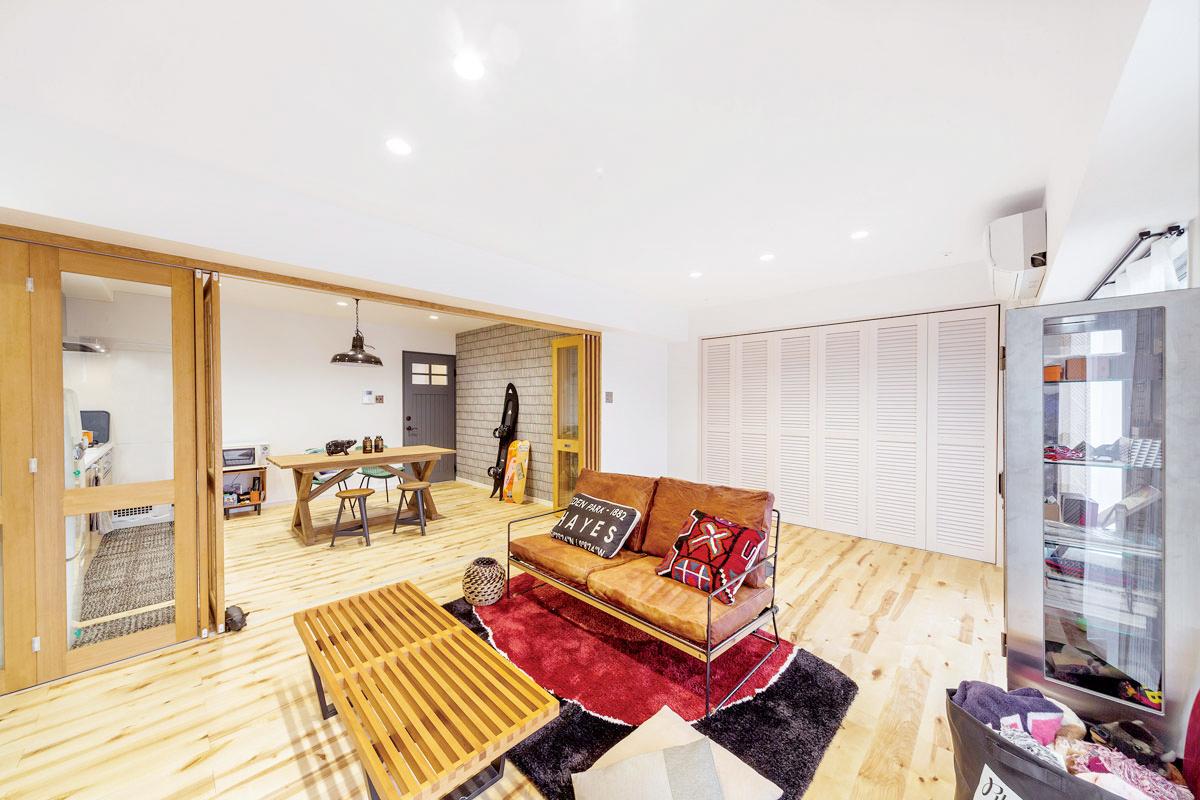 リビングとダイニングの床をバーチ材で統一しているため空間に繋がりを感じられます。