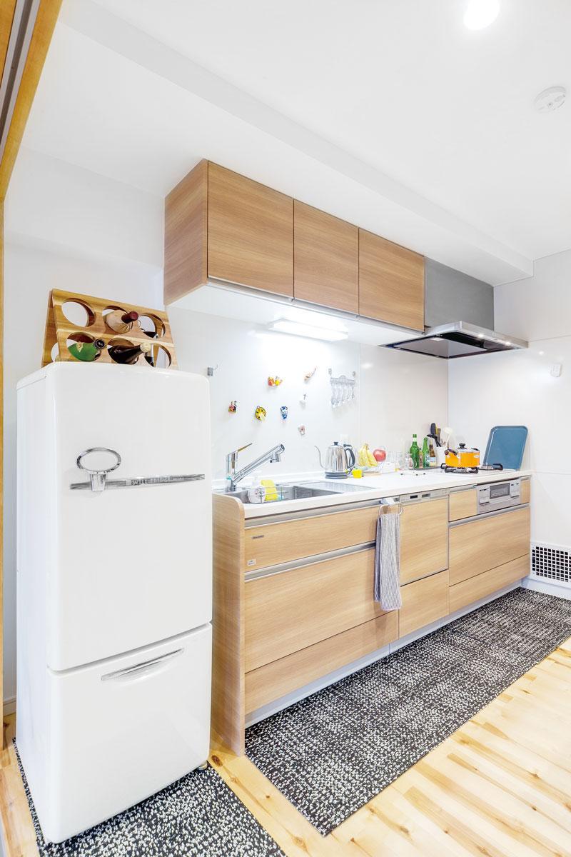 キッチンは、床の色に合わせて明るい木目を選びました。