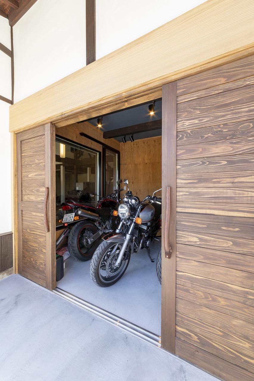 【山口県岩国市】リビングからバイクガレージを眺められる家