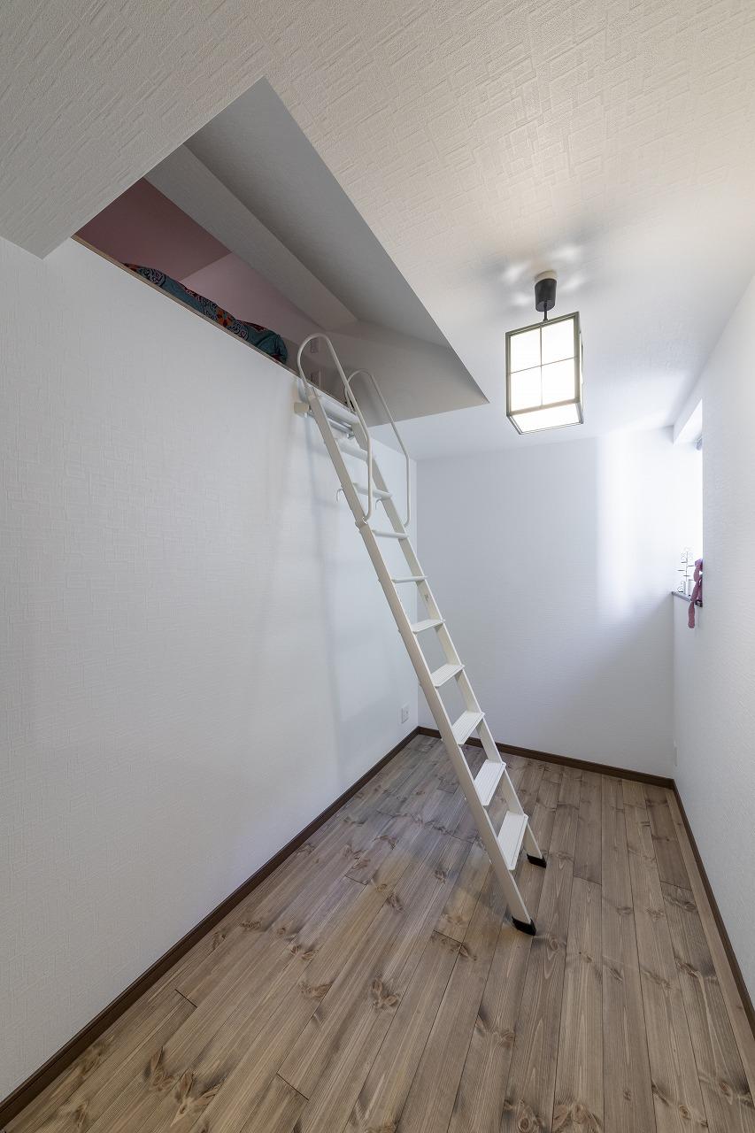 ロフト状の寝室スペースにはハシゴで上がります。この部屋にはクローゼットを設置。
