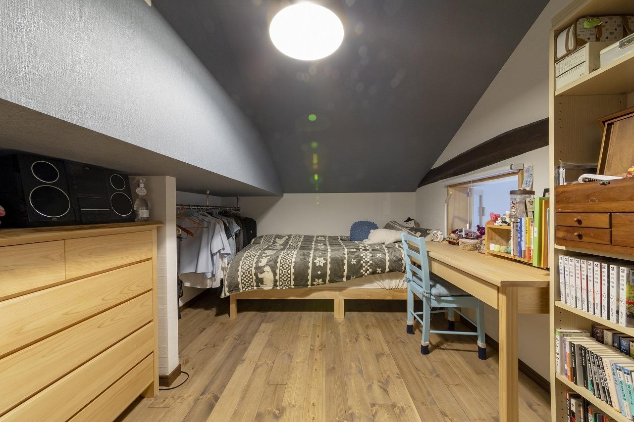 下の娘さんの部屋も小屋裏を活用。隠した梁の下(写真左)にポールを渡し、オープンクローゼットにしました。