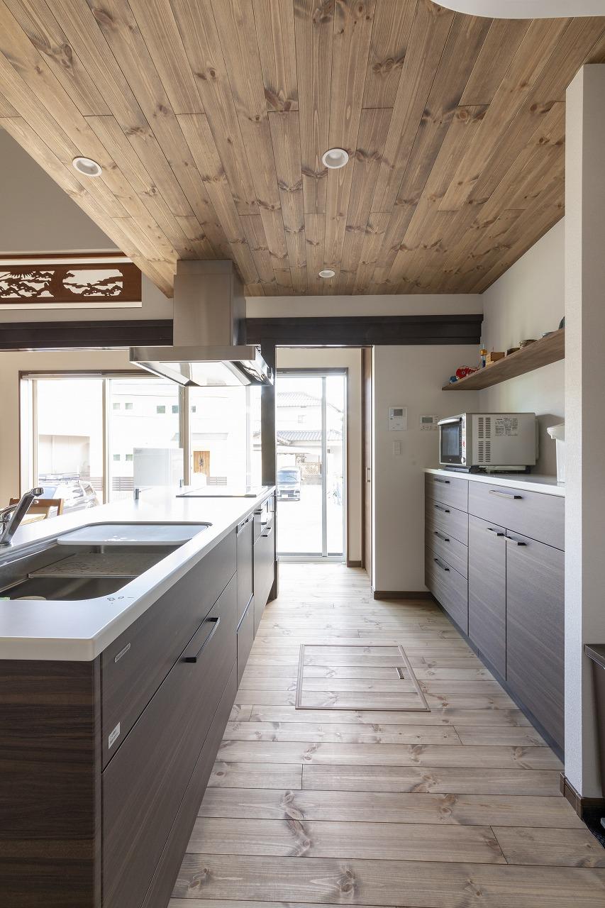 換気扇の配管や照明を考え、キッチン上部だけ木目の下がり天井にしました。
