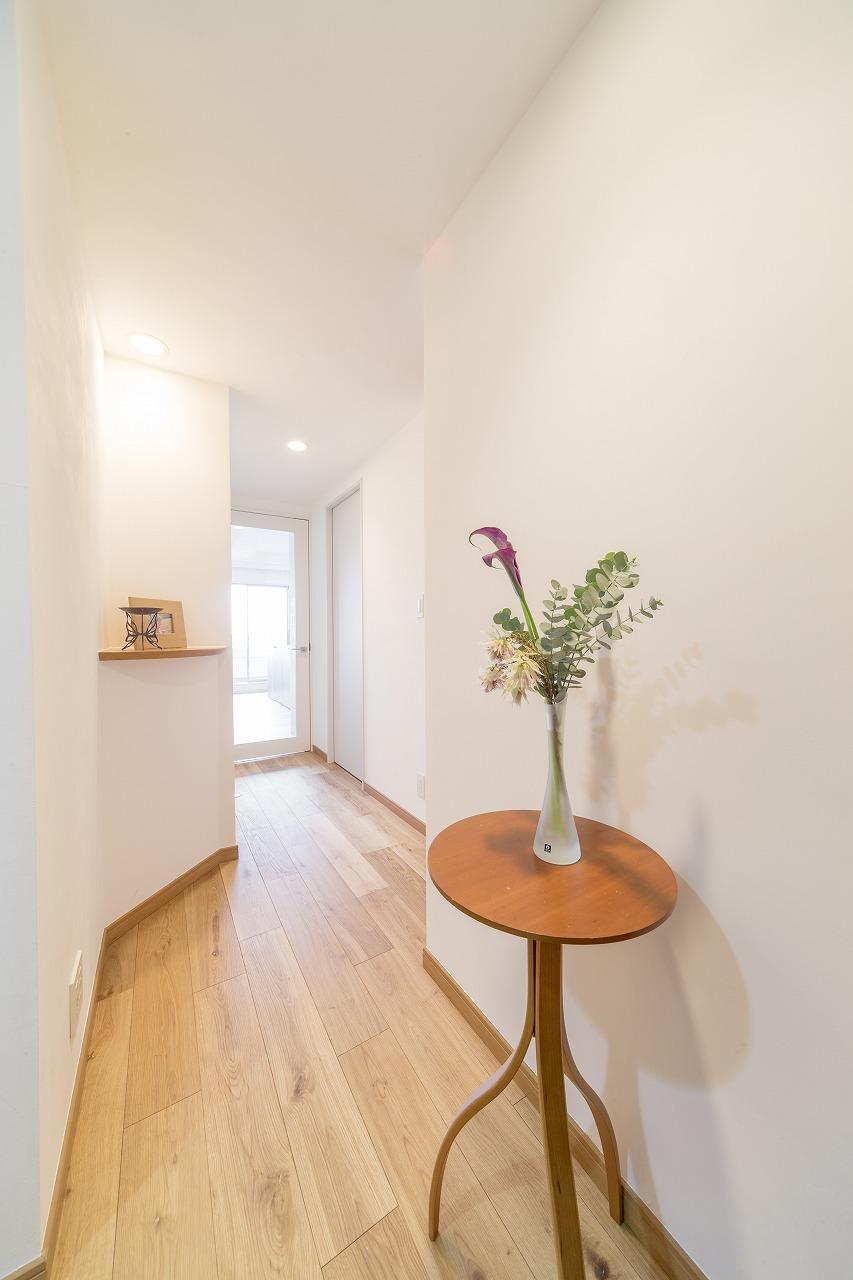 玄関と廊下も白色の漆喰塗装。リビングドアを大きなガラス入りにしたので玄関まで明かりが届くようになりました。