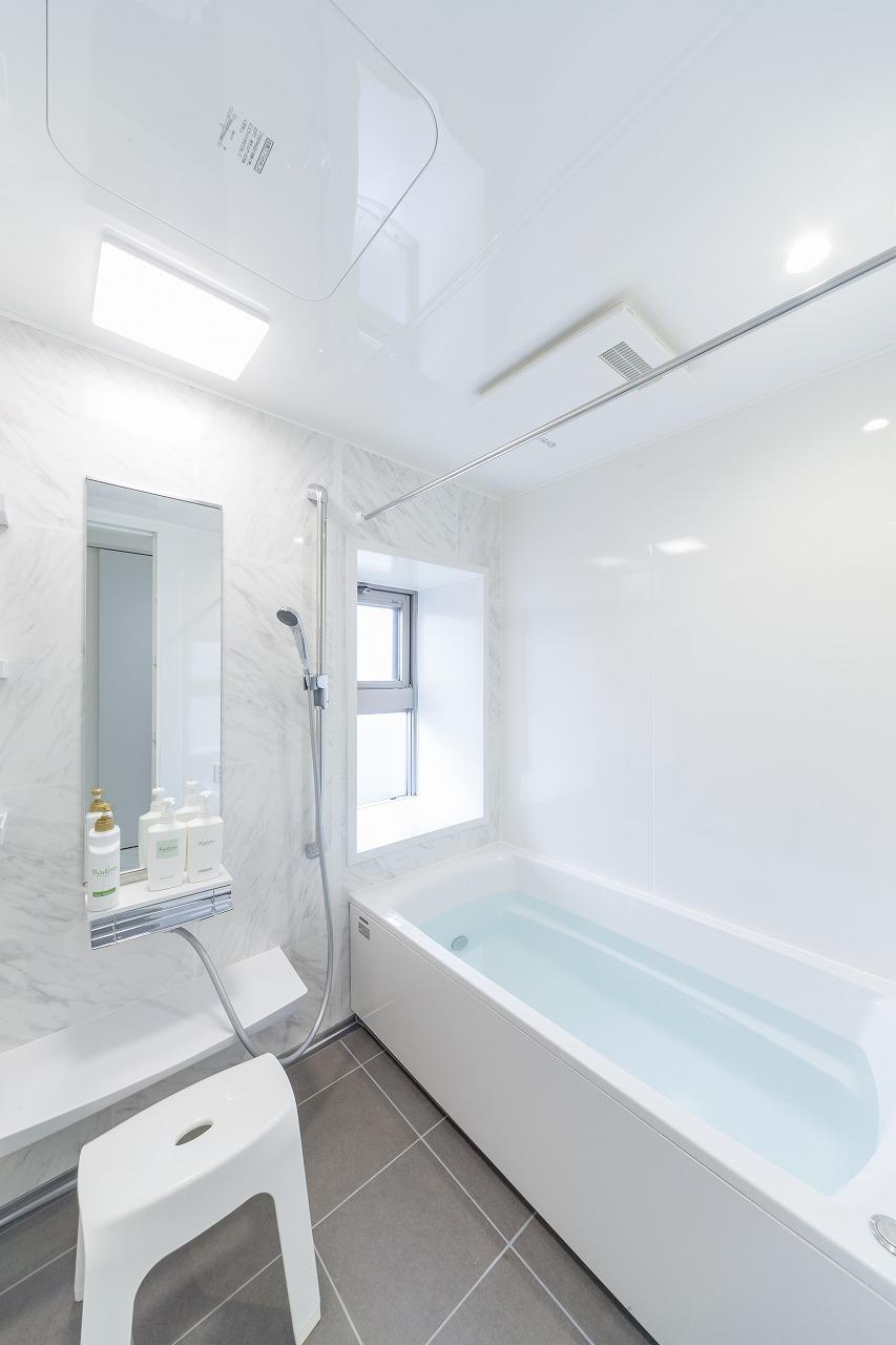 浴室も新しいシステムバスへ。石目調の床タイルと大理石調の壁を選びました。