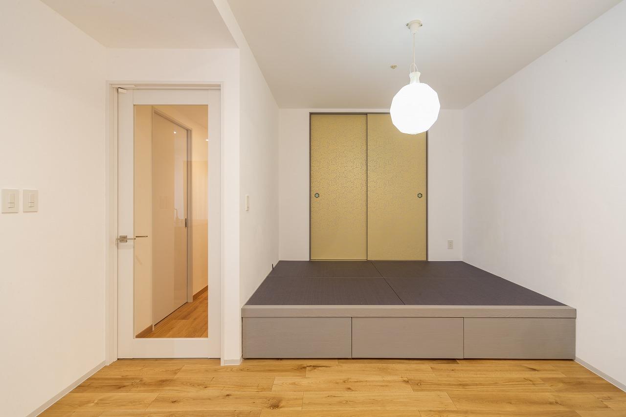 6帖あった和室は2.8帖の小上がりに。ダークパープルの縁なし畳に襖は金唐紙、引手は真鍮とこだわりました。