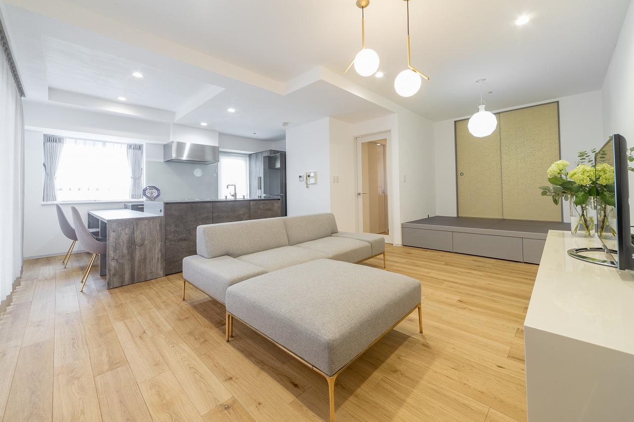 「白とグレーを真鍮でつなぐ」をテーマにコーディネート。壁と天井は漆喰仕上げで室内環境も快適に。