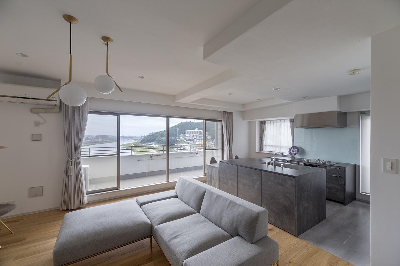 キッチンを家具のように部屋の主役に据えたLDK。景色も良く、開放感が生まれました。
