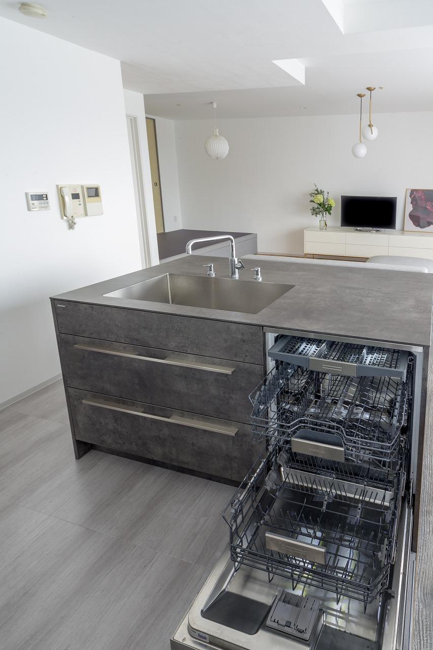 カスタムメイドだからこそ組み込めたドイツ製食洗機。大容量でパワフルな洗浄力。ソープディスペンサーも埋め込み式。