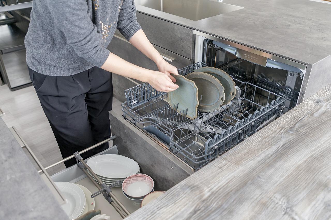 食器を洗浄後は、さっと引き出しにしまえる時短設計も計算済み。