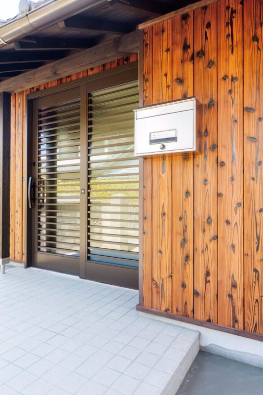 外壁廻りへ杉板を採用。新しい家の素敵な印象に