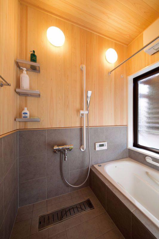 浴室の壁はタイルと無垢のヒノキ