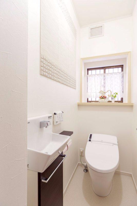 リフォーム後のトイレには手洗いカウンターを新設。タンクレス便器で掃除も楽です