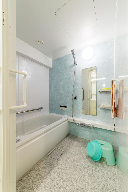 浴室はお掃除担当のご主人のチョイス。冬も暖かく、掃除も楽になりました。