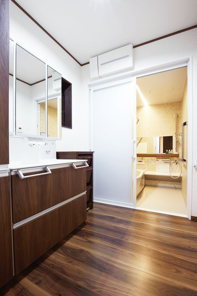 水廻りもLDKと同じく、柿渋調で統一。脱衣室の床は水に強い表面塗装を施したフローリング。