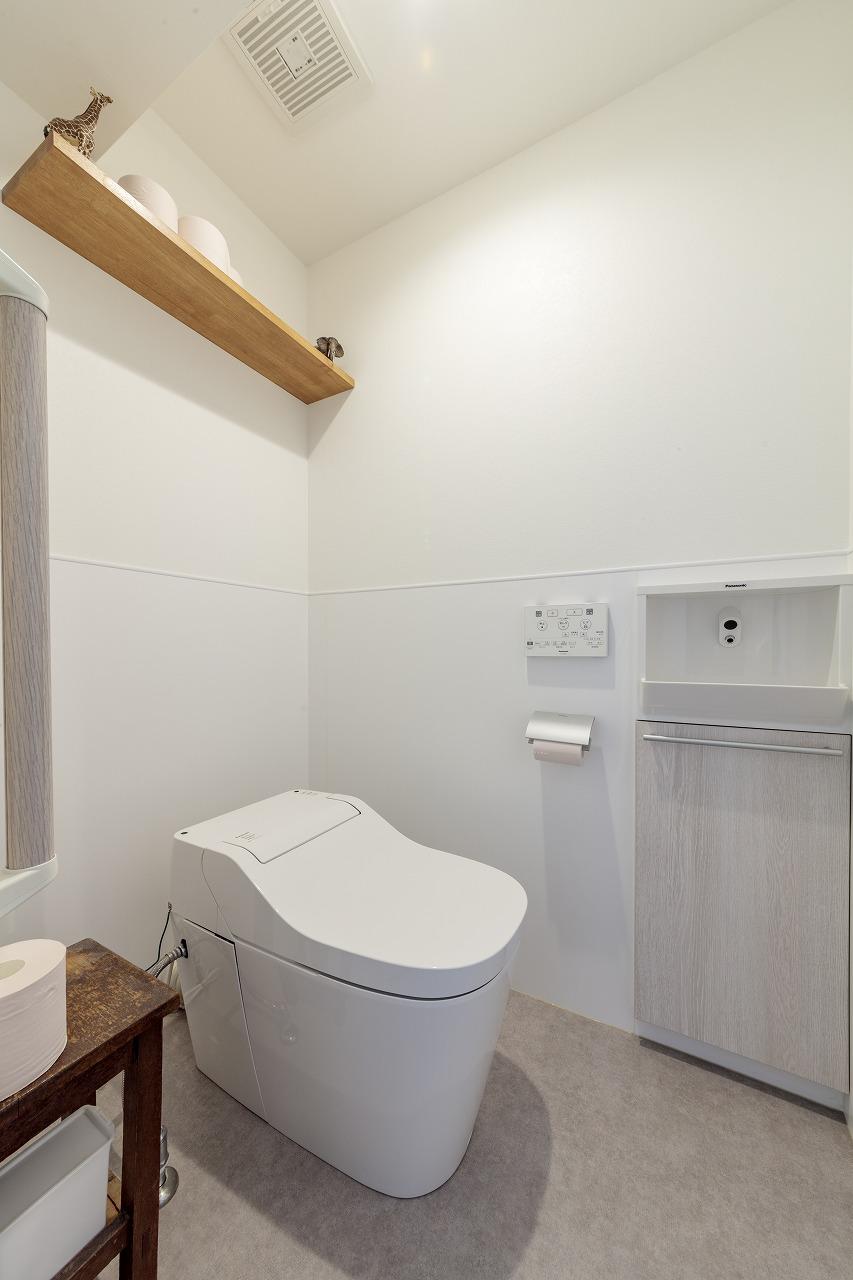 トイレはパナソニックの「アラウーノ」。手入れの楽な節水タイプ。