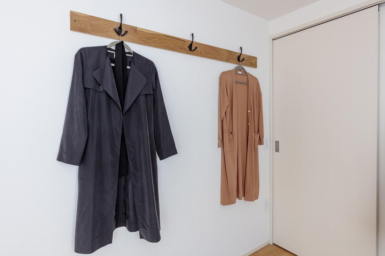 洋室には、大工さんに穴をあけてもらったオークの余り材をハンガーフックに再利用しました。
