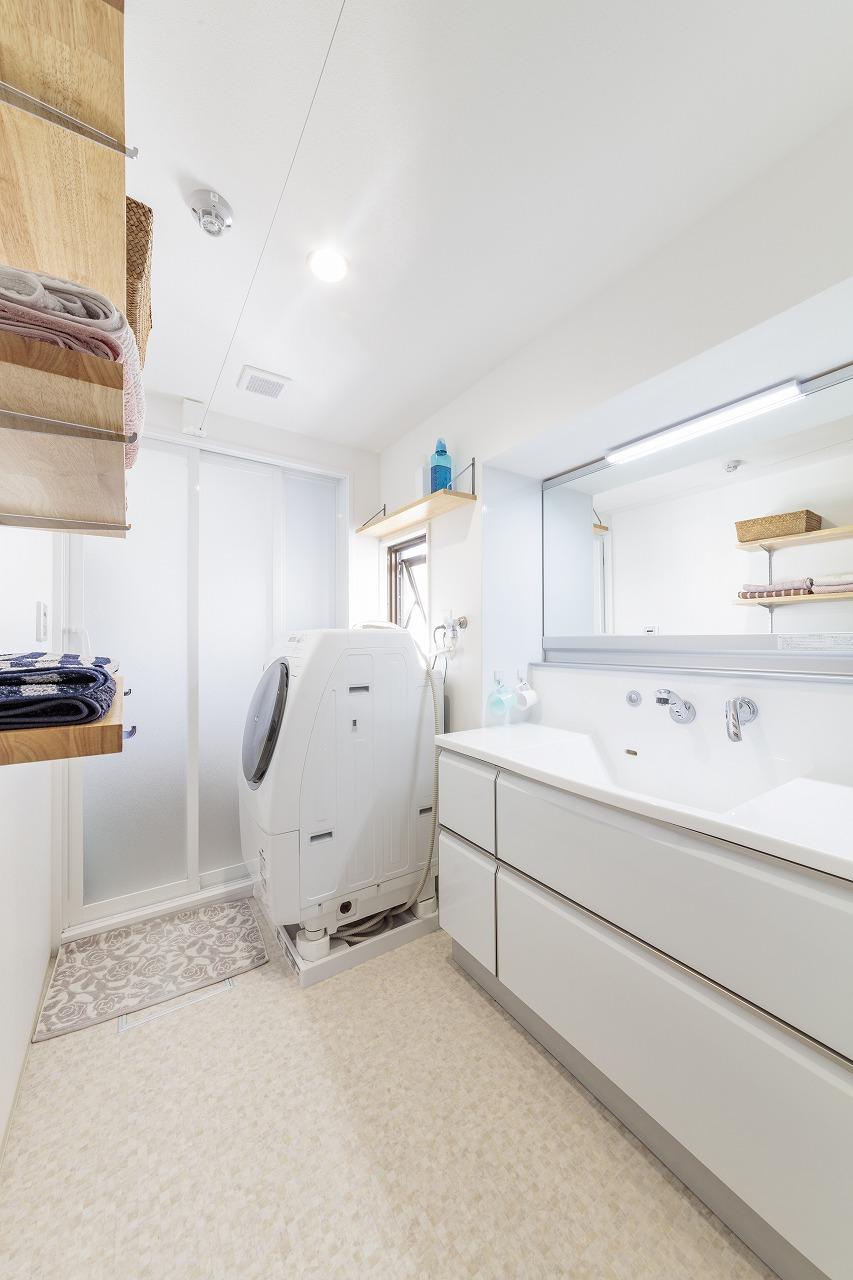 洗面室にはタカラスタンダードの収納力の高いワイドな洗面台を設置しました。