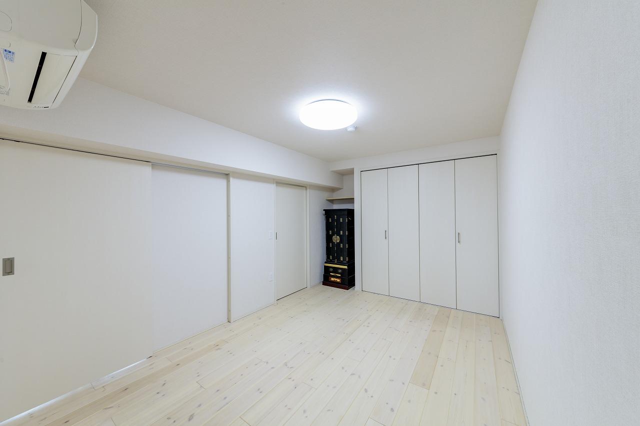 和室は洋室に変更し、床には白く塗装したパイン材を選択。建具もクロスも白に統一し、明るくやわらかな雰囲気に。