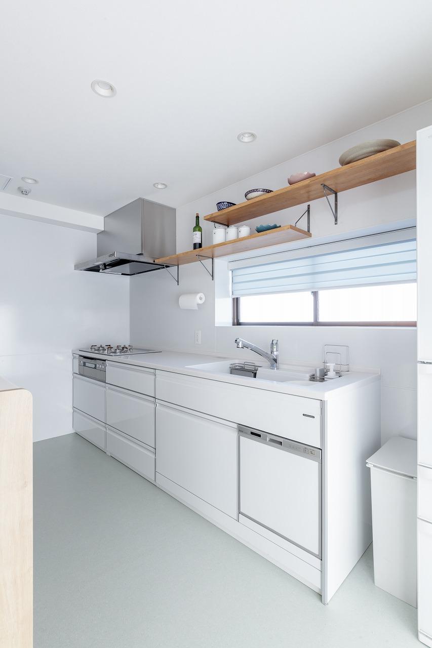 キッチンはLDの生活感を感じさせないよう壁向きに。上部のオープン棚のディスプレイがインテリアのように引き立ちます。