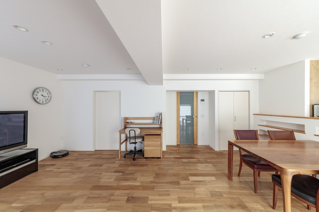 床はオーク無垢材を使用。床の高さが20cm上がったため、天井を5cm上げ、壁は白いクロスで開放感を感じられる仕上げに。