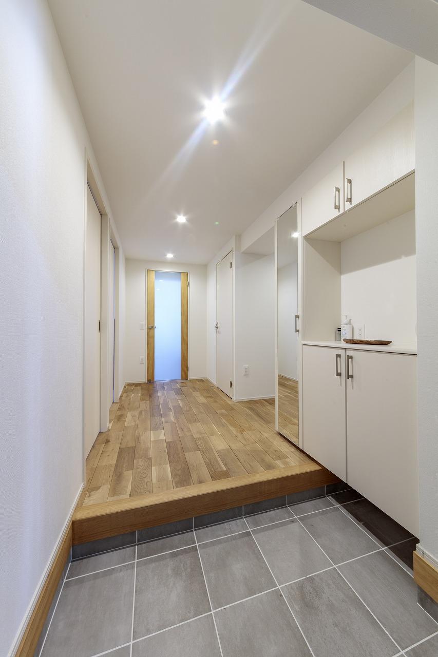 LDと同じ美しいオーク無垢材の空間が続く玄関ホール。リビングドアをすりガラスにしたことで玄関まで光が届きます。