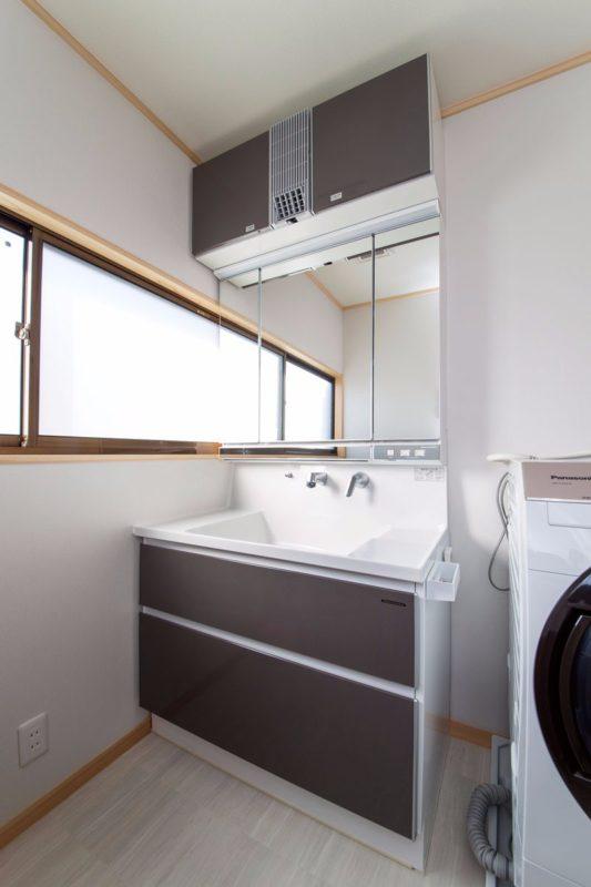 洗面化粧台上部には、リモコン操作可能なドライヤー機能が付いています