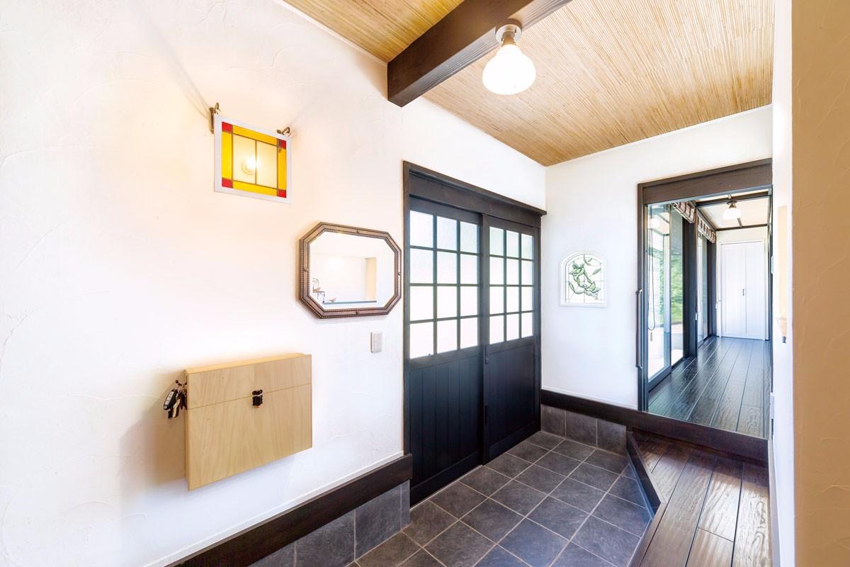 ステンドグラスの飾りつけが和モダンな空間に。廊下はナラのアンティーク仕上げ