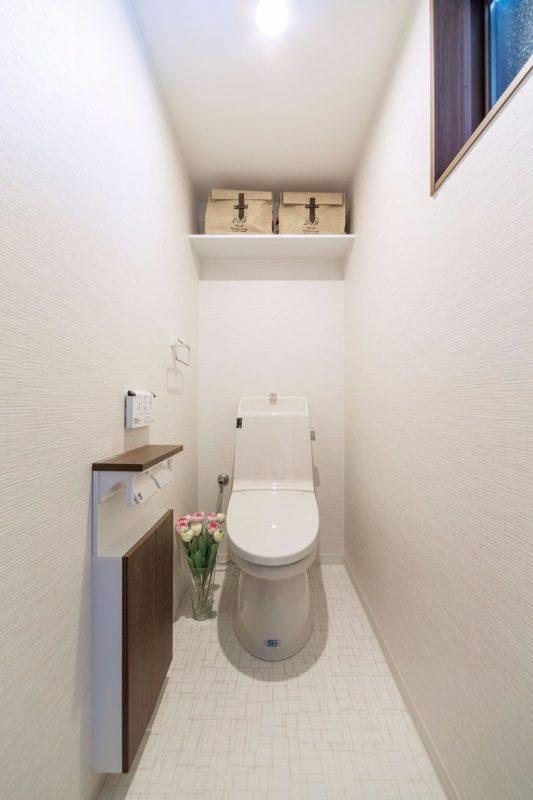 白で統一した清潔感のあるトイレ