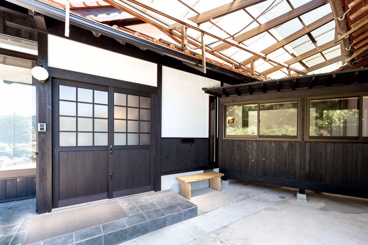 右が渡り廊下。左の玄関引き戸はオーダーの木製家具
