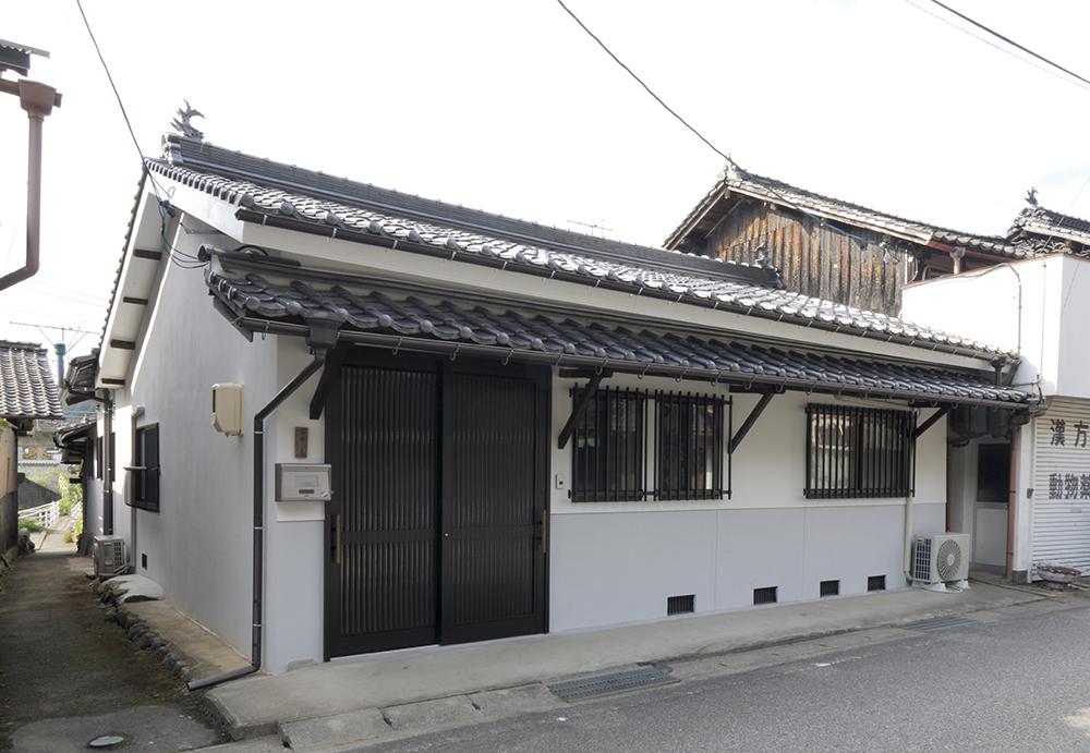 店舗の形式がそのままになっていた玄関は住居らしい造りに。歴史ある街並みに合わせたデザイン。