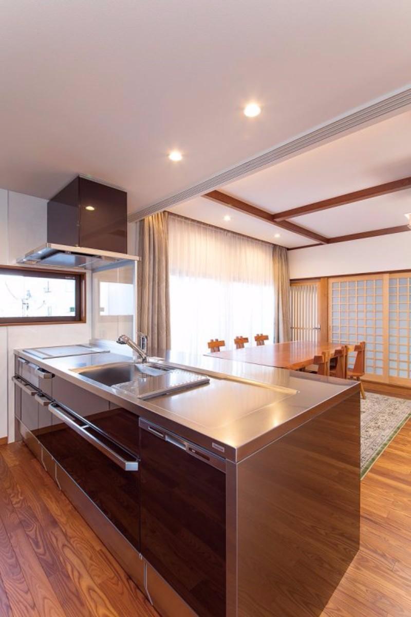 家具のようなオールステンレスのキッチン