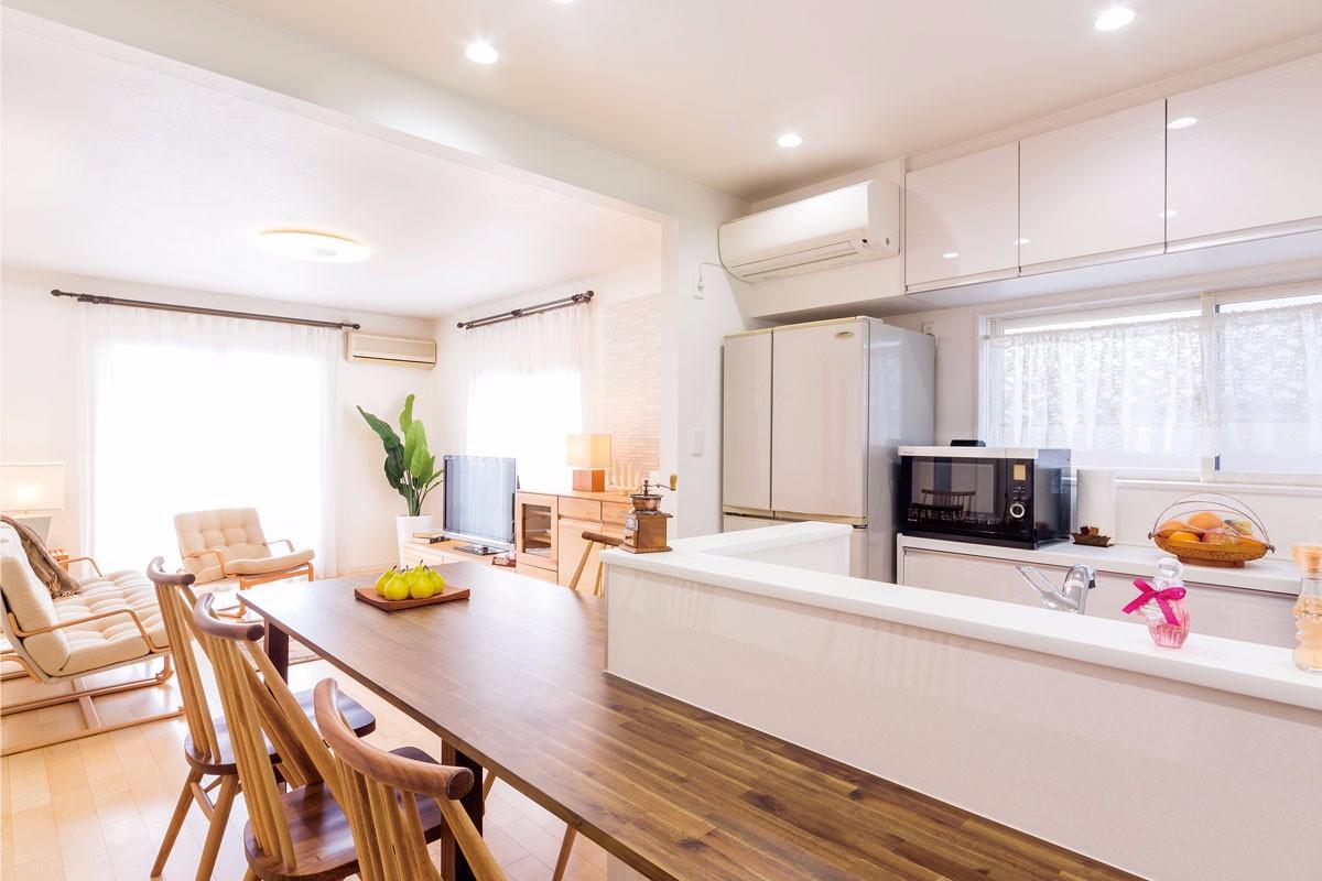 キッチン周りに造作カウンターが誕生。家族が増えて集まる時に大活躍のLDK空間へ