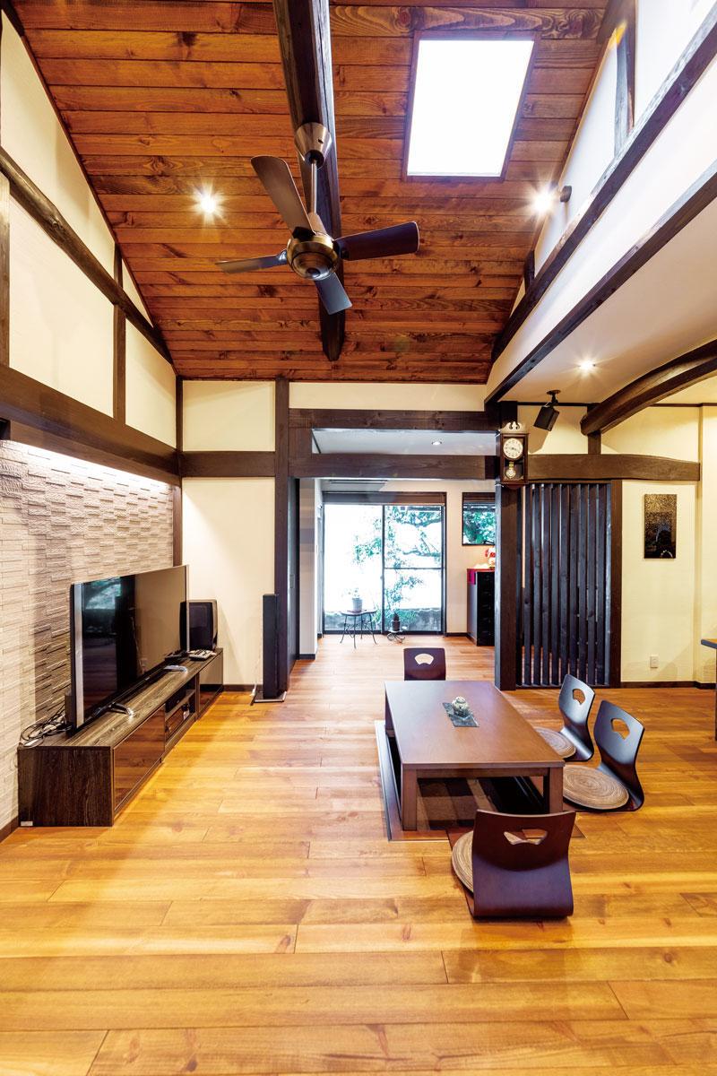 リビング床と天井は種類の異なるパイン材を採用し、上質な空間に。