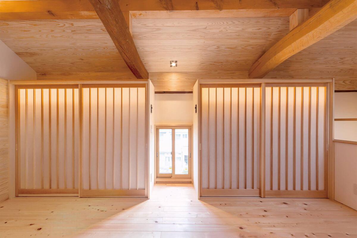 障子戸の奥には本棚が。内側に設置された照明が、まるで自然光のように障子戸越しに優しい光を届けます。