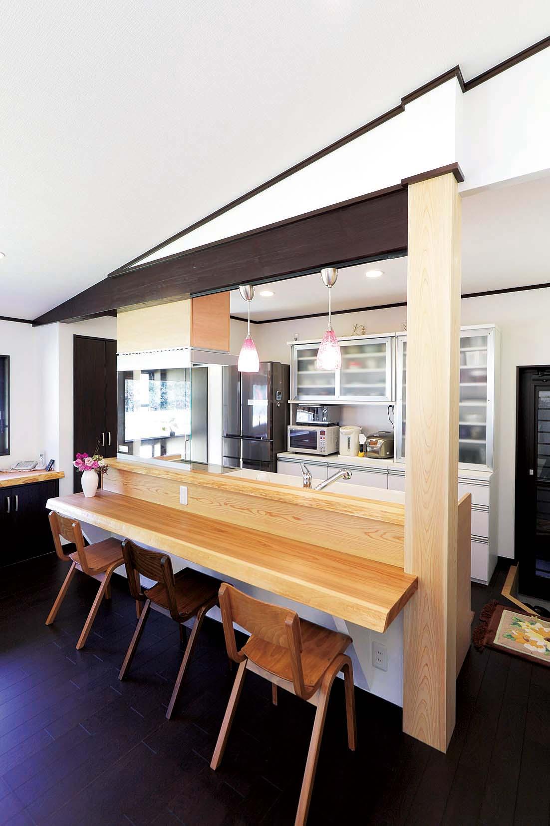 杉の耳付き無垢板で作られたキッチンカウンター。