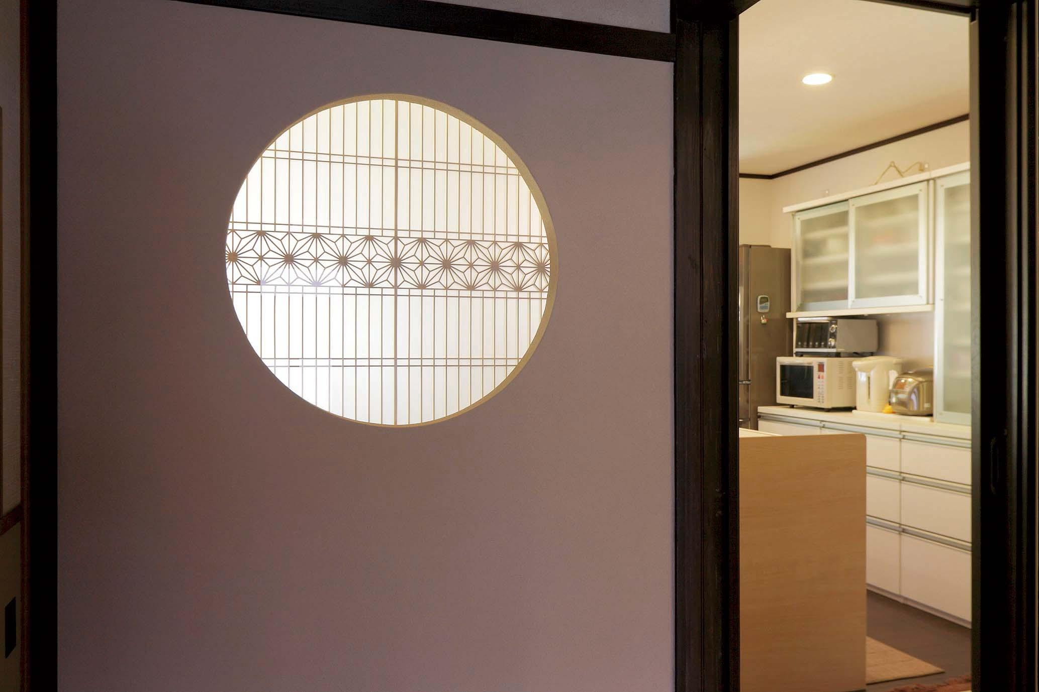 玄関からの視線を防ぐオシャレな飾り窓。