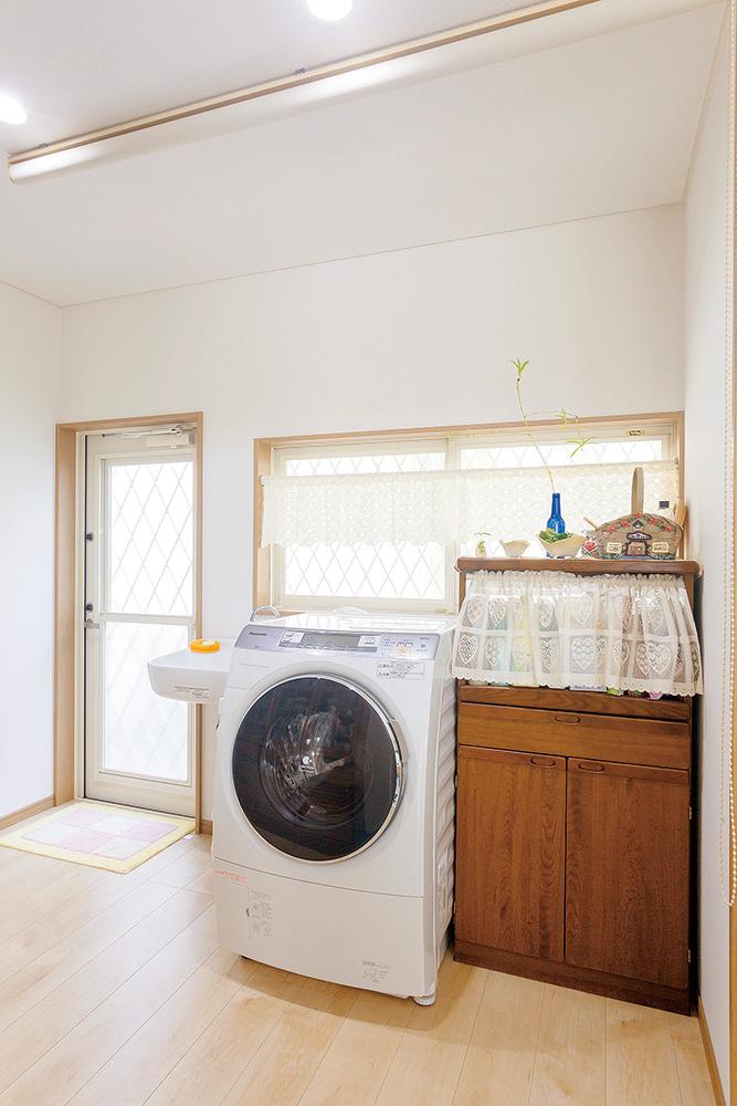 キッチン横には洗濯機と勝手口を設置し、洗濯が便利に。