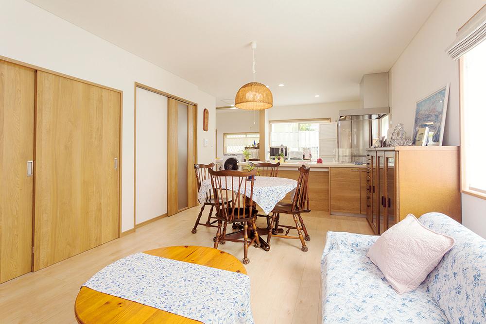 キッチン・床・扉・家具などの色調も統一されています。