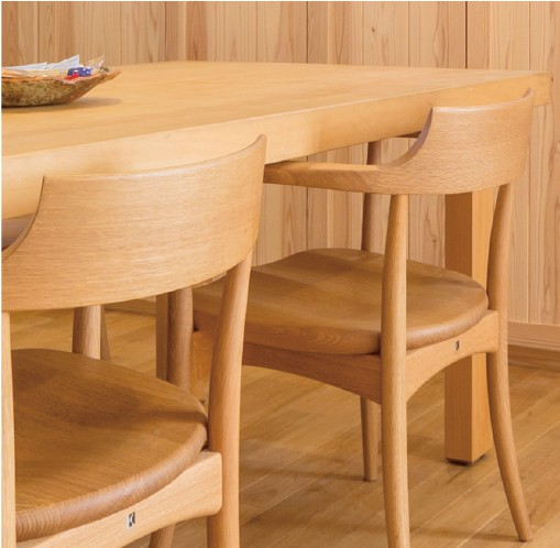 ダイニングテーブルは銀杏の一枚板から造作