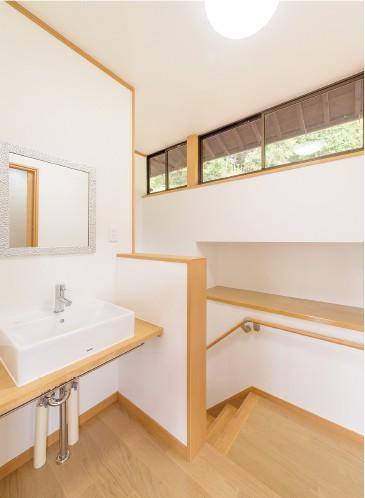 階段の上部に 横長窓を設置