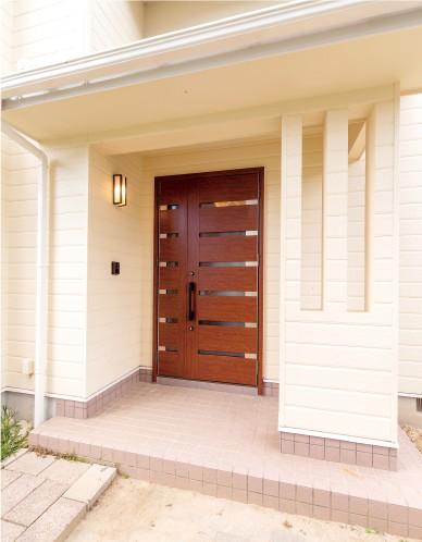 防汚効果のある塗料で 爽やかな玄関をキープ