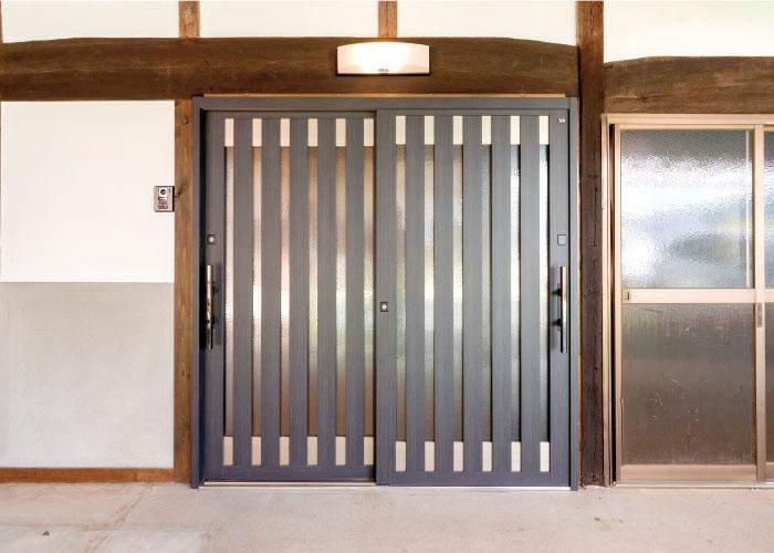 納屋の引戸は独立した 玄関扉へ再生