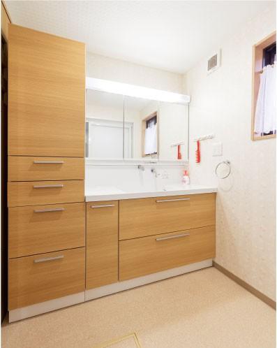 洗面室の壁には デザインクロス