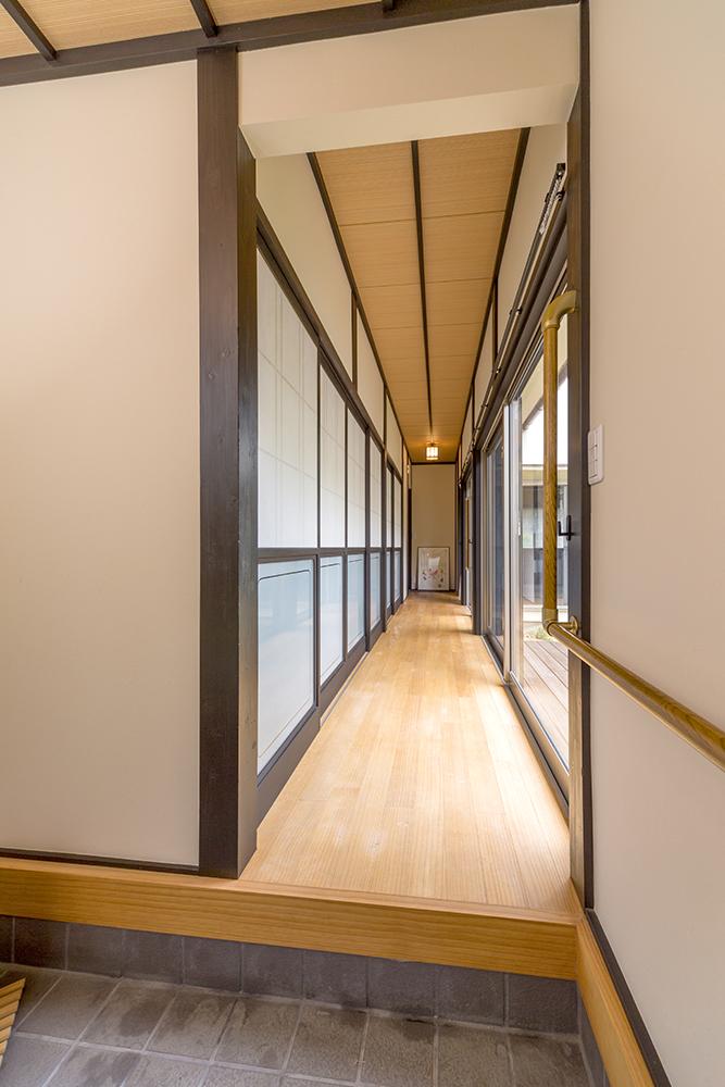 庭からの柔らかい光が差し込む開放的な廊下。