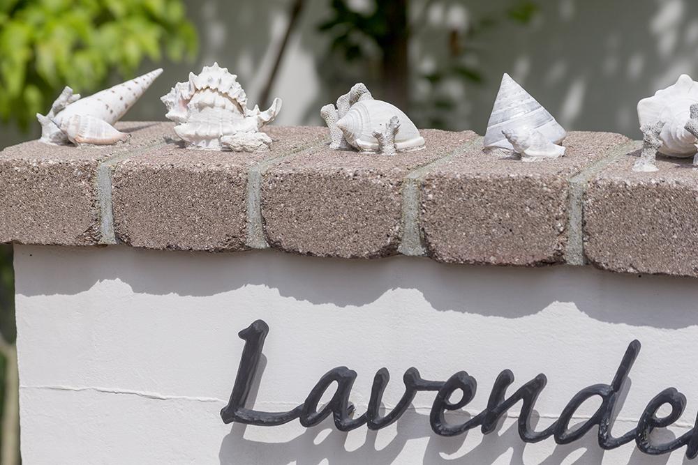 旅先の思い出として集められた貝や珊瑚を表札の装飾に。